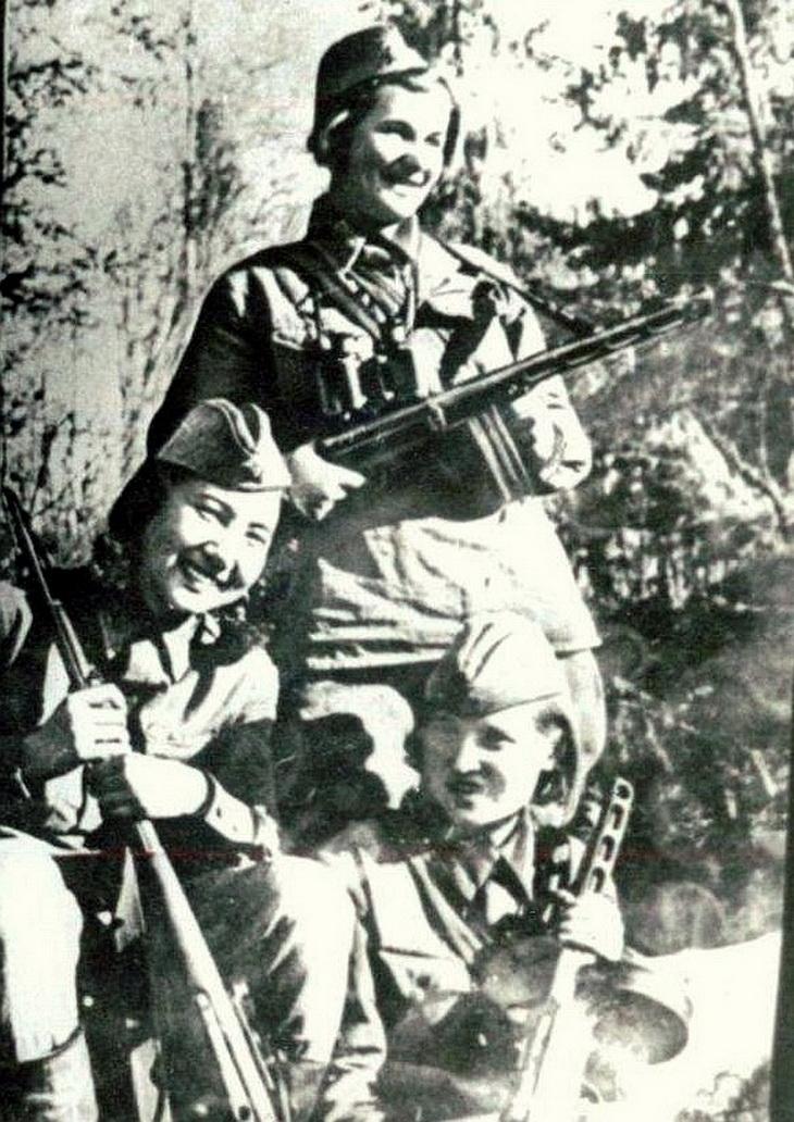 Зиба Ганиева слева. 1942 год