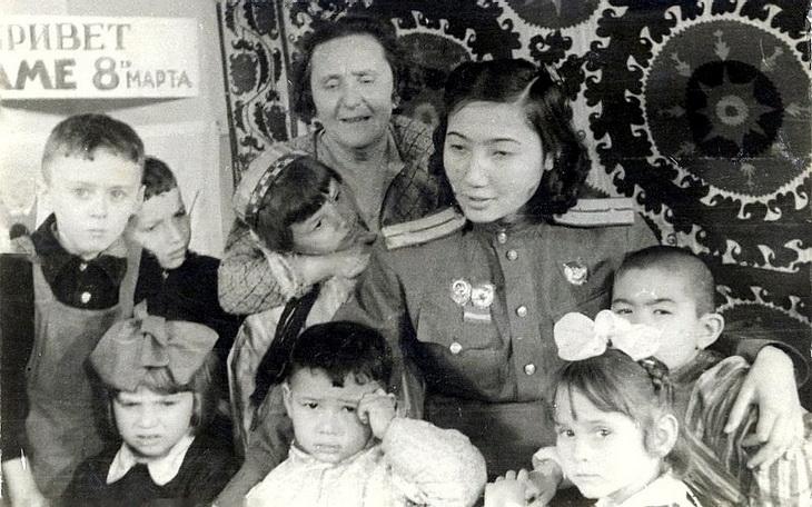 Зиба Ганиева среди детей одного из детских садов