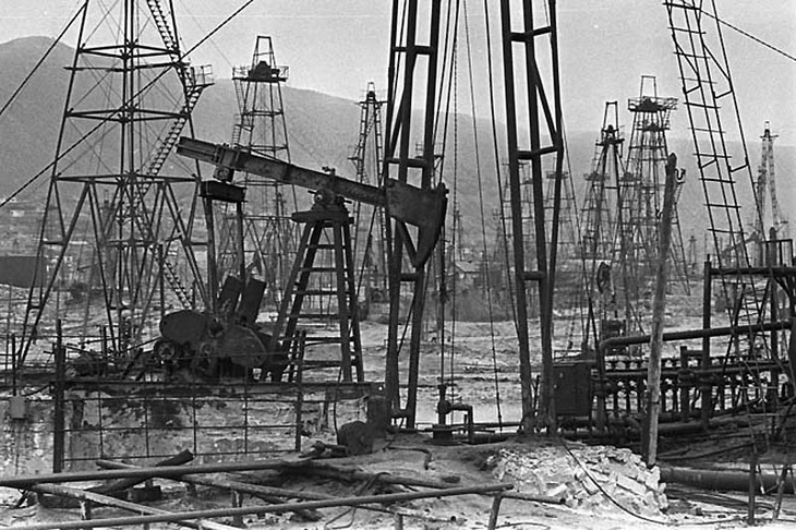 Нефтяные ышки на Биби-Эйбате. Ф ото Олега Литвинова конца 1980-х - начала 1990-х годов