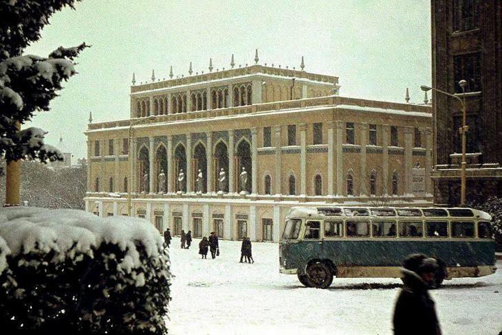 Музей им. Низами под снегом. Фото Михаила Карачинского 1969 года