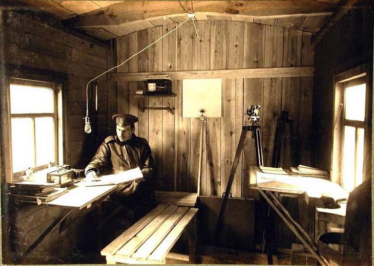 Курсант школы морской авиации заполняет журнал на метеорологической станции школы 1915