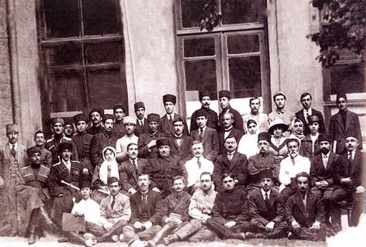 Сотрудники канцелярии парламента вместе с группой депутатов