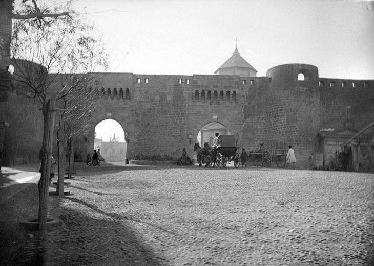 Думская площадь, Шемахинские ворота и Николаевский собор