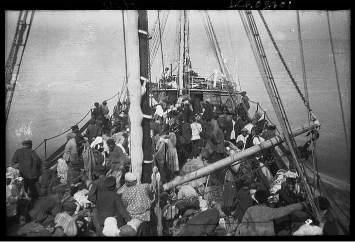Палуба судна «Занг», заполненная путешественниками