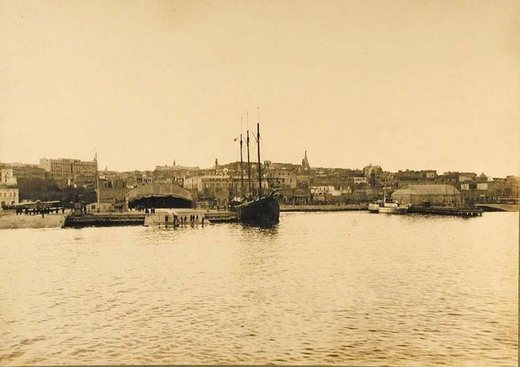 1915. Вид с моря на город и БОШМА