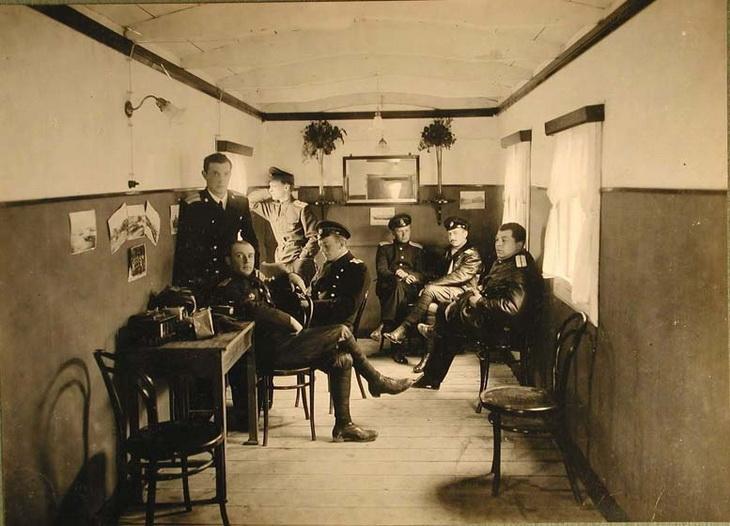 1915. Офицеры БОШМА в офицерской комнате на Старотаможенной пристани