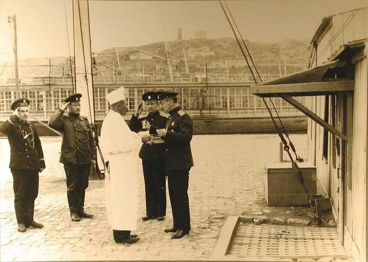 1915. Офицер БОШМА снимает пробу пищи,приготовленной для курсантов