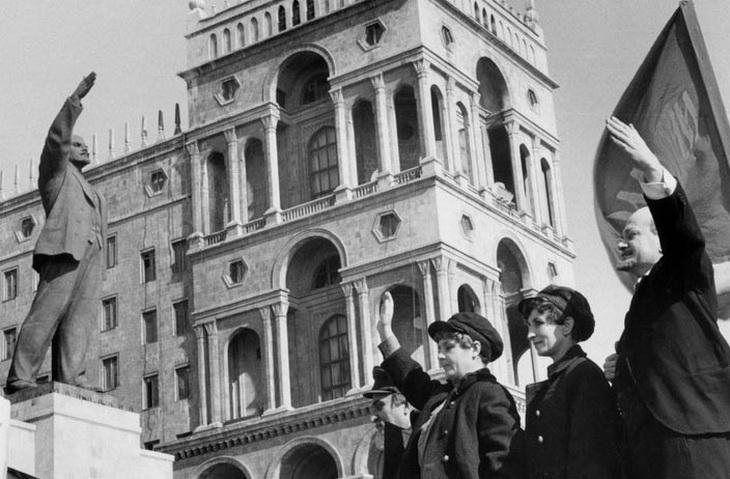 1972.-Анри-Картье-Брессон.-На-демонстрации