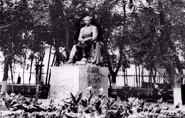 Советский памятник несоветскому Ахундову в Баку