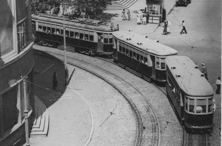 Трамвай на углу Хагани и проспекта Кирова. Фото 1940-х годов