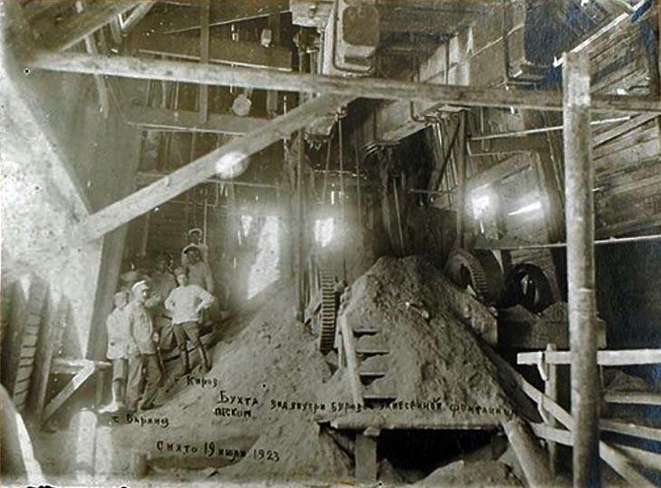 Вид внутри буровой, занесенной фонтанным песком. 19 июля 1923 года