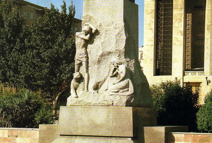 Крупный план: Горельефы памятника Мухаммеду Физули в Баку (ФОТО)
