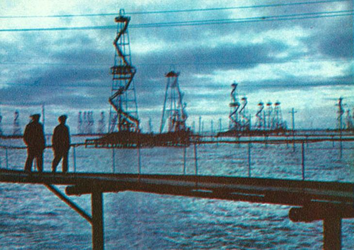 """Город на сваях: """"Нефтяные Камни"""" Баку из набора открыток 1975 г. (ФОТО)"""
